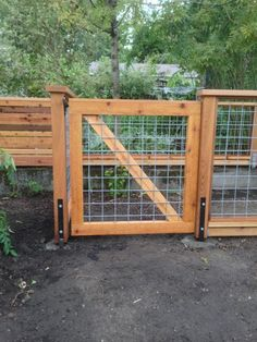 Cedar deck with hog panel railing Hog panel cedar gate – Deck Masters, llc - Portland, OR Hog Panel Fencing, Cattle Panel Fence, Hog Wire Fence, Cattle Panels, Diy Fence, Backyard Fences, Backyard Landscaping, Yard Fencing, Pallet Fence