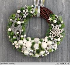 Found images for query modern Christmas decorations Christmas Mesh Wreaths, Christmas Porch, All Things Christmas, Christmas Holidays, Christmas Ornaments, Art Floral Noel, Modern Christmas Decor, Holiday Crafts, Holiday Decor