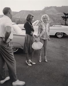 "Marilyn Monroe, her publicist Pat Newcomb and makeup artist ""Whitey"" Snyder, photographed by George Barris, Malibu, June Marilyn Monroe Fotos, Norma Jean Marilyn Monroe, Magazine Cosmopolitan, Monroe Sweet, Jackson, Norma Jeane, Life Moments, Old Hollywood, Hollywood Actresses"