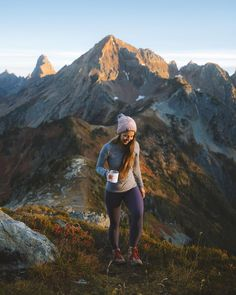 Adventure wanderlust gym outfit - bruised cowboy - Adventure wanderlust gym outfit Sunrise in Mount Baker Wilderness 🙌 Beth Hewett Yarnall smiling because she's wearing our - Camping And Hiking, Camping Life, Backpacking, Hiking Trails, Trekking, Climbing Outfits, Hiking Photography, Escalade, Fitness Outfits