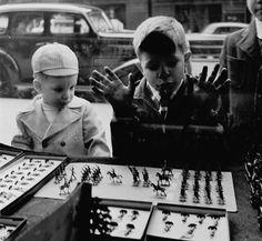 IlPost - Negozio di giocattoli - Due bambini davanti alla vetrina di un negozio di giocattoli che espone una collezione di soldatini. La foto è stata scattata in una località non precisata degli Stati Uniti verso il 1950. (Douglas Grundy/Three Lions/Getty Images)
