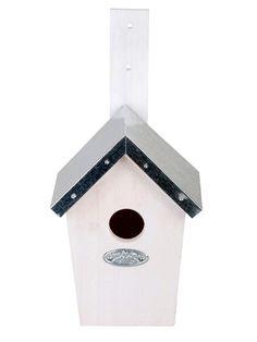 Casetta in legno per cincia tetto in metallo zincato puoi trovarlo su floradecor.it  in Nidi + Casette per uccelli #birdhouses #birdgarden #nestboxes #wildlifegarden