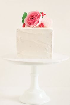 Gorgeous square single tier #Cake with #Ranunculus cake topper - We love and had to share! Great #CakeDecorating!