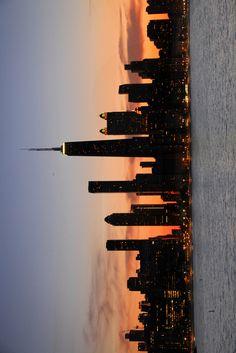 travel idea in new york zuckerschnecksche Night Aesthetic, City Aesthetic, Purple Aesthetic, Travel Aesthetic, Aesthetic Photo, Aesthetic Pictures, City Wallpaper, Aesthetic Iphone Wallpaper, Aesthetic Wallpapers