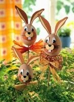 Die schönsten Deko-Ideen für Ostern That's the way your eggs have never looked. The funny Easter bunny sticks are great in the plant pot or in the garden. Easter Eggs Kids, Easter Egg Crafts, Easter Art, Bunny Crafts, Easter Ideas, Easter Table, Easter Decor, Funny Easter Bunny, Happy Easter