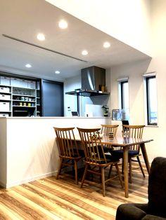 キッチン、ダイニング、そして和室をゆるやかにつないだ開放的な空間 Conference Room, Table, Furniture, Design, Home Decor, Decoration Home, Room Decor, Tables