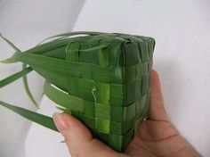 Palm woven box instructions - weaving a gift box with a lid from palm leaves ~ Christine de Beer Flax Weaving, Basket Weaving, Woven Baskets, Origami, Washing Pegs, Diy Wedding Magazine, Palm Cross, Coconut Leaves, Leaf Crafts