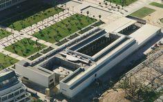 La Universidad de Alicante -  La Universidad de Alicante se estructura en once centros: cinco facultades, la Escuela Politécnica Superior y una escuela universitaria. Además, la actividad docente e investigadora se desarrolla a través de 57 departamentos y 14 institutos universitarios, dos de ellos inter-universitarios.
