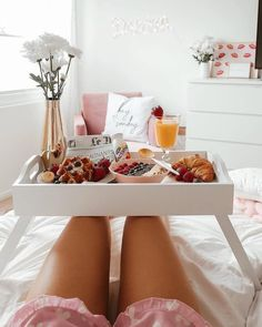 Best breakfast in bed photography inspiration sunday morning ideas Breakfast At Tiffanys, Breakfast In Bed, Perfect Breakfast, Romantic Breakfast, Breakfast Buffet, Brunch Mesa, Essen To Go, Bed Tray, Mothers Day Breakfast