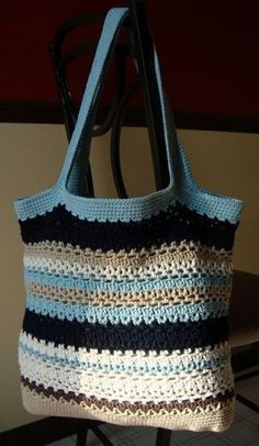 Free crochet bag pattern by Cathy Phillips. I'm going to try making this in a different color than in the example picture. Crochet Diy, Crochet Handbags, Crochet Purses, Knit Or Crochet, Crochet Crafts, Crochet Projects, Crochet Bags, Crochet Baskets, Ravelry Crochet
