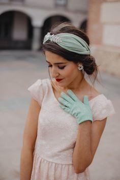 Diadema de boda hecha con sinamay seda y guantes de fiesta cortos que @invitada_perfecta luce en este look tipo años 20, maravillosa . . #diademasboda #guantesdefiesta #guantescortos #guantesdeboda #diademasdeboda #diademasoriginales #lacasadeltocado 1920s Outfits, Classy Outfits, Fascinator Headband, Turban Headbands, Headpiece Jewelry, Vestidos Vintage, Fashion Mask, Indian Designer Outfits, Diy Hair Accessories