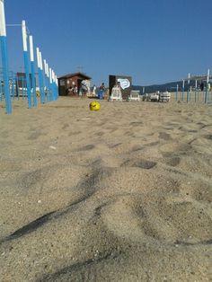 Praia tem bola.