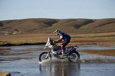 Nicolás Cardona ajusta su moto en Paraguay