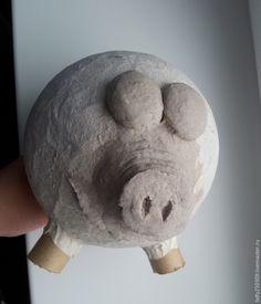 Хочу поделиться с вами мастер-классом по созданию Хрюшки. Она делается очень просто и быстро, и получается хороший, классический подарок. Улыбашка :) Итак, начнем, нам понадобится: 1. Paper Mache Clay, Paper Mache Crafts, Paper Clay, Concrete Crafts, Chicken Art, Recycled Bottles, Clay Figures, Crochet Crafts, Paper Flowers