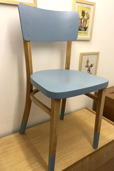 Chaise de bistrot en bois et bleu - La Petite Factory by Julie, Chair Makeover, Furniture Makeover, Recycled Furniture, Painted Furniture, Furniture Making, Home Furniture, Painted Dining Chairs, Chaise Chair, Chaise Vintage