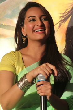 Sonakshi Sinha smiling during the launch of the second trailer of her movie R. Bollywood Actress Hot Photos, Beautiful Bollywood Actress, Most Beautiful Indian Actress, Tamil Actress, Bollywood Bikini, Indian Bollywood, Bollywood Fashion, Bollywood Mode, Bollywood Saree