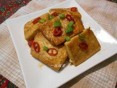 平常都會買一兩盒豆腐冷藏備用,只要一盒雞蛋豆腐加一些蔥花辣椒,簡單好吃又不易失敗的紅燒豆腐就可以上菜了哦