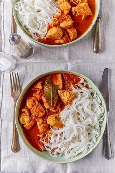 Diétás csirkemellpörkölt rizstésztával | Street Kitchen Green Kitchen, Superfood, Curry, Ethnic Recipes, Bulgur, Red Peppers, Curries