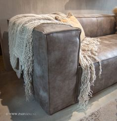 All Details You Need to Know About Home Decoration - Modern Chesterfield Sofas, Home Living Room, Living Room Designs, Living Room Decor, Diy Couch, Diy Bed Frame, Ibiza Fashion, House Inside, Leather Sectional