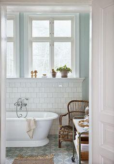54 Ideas for bath room window ledge decor bathtubs Tiny Bathrooms, Upstairs Bathrooms, Laundry In Bathroom, Beautiful Bathrooms, Serene Bathroom, Paint Bathroom, White Bathroom, Decoration Ikea, Bad Inspiration