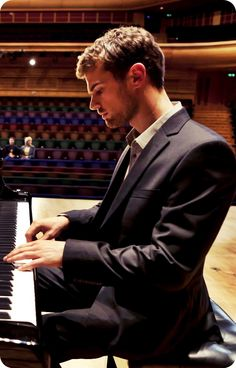 he can play the PIANO?! oooooh I'm in love, I'm in love and I don't care who knows it!