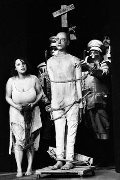 """Scena z przedstawienia """"Nigdy tu już nie powrócę..."""" Tadeusza Kantora, Teatr Cricot 2, klub studencki Stodoła, Warszawa, 1990, fot. Aleksander Jałosiński"""