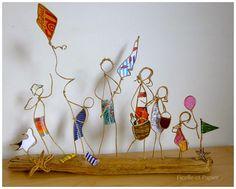 Des petites figurines en ficelle de kraft armé et papiers originaux qui, posées sur des socle en bois, se transforment en petites saynètes uniques et originales. Lété, le soleil, la mer, les mouettes et ... la plage bien-sûr ! Parasol à lépaule, chapeau sur la tête, sac et serviettes ... voici notre jolie famille prête pour une belle journée ensoleillée à la plage ! Cette saynète fera un joli souvenir de vacances, à offrir ou à garder précieusement ! Dimensions: Largeur: 38 cm Hauteur: 3...