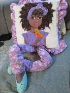 Eu Amo Artesanato: Almofada com pintura de bonecas Doll Crafts, Sewing Crafts, Sewing Projects, Emoji Coloring Pages, Quilt Patterns, Sewing Patterns, Diy And Crafts, Arts And Crafts, Pillow Crafts