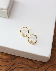 For example, every woman needs an LBD (little black dress), and a pair of pearl earrings. Pearl earrings have the wonderful ability of bein… Ear Jewelry, Cute Jewelry, Bridal Jewelry, Gold Jewelry, Jewelry Accessories, Jewelry Design, Black Pearl Earrings, Gold Earrings Designs, Jewelry Photography