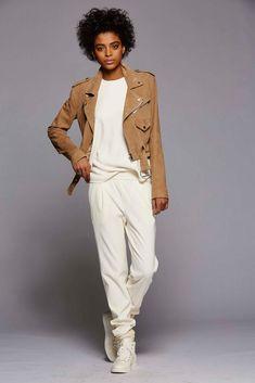 Легендарный дизайнер Polo Ralph Lauren представил свою новую коллекцию. Здесь мы видим как всегда элегантные практичные образы. В них преобладает красота и качество, они роскошны и романтичны. Одежда от Polo Ralph Lauren — это микс разных стилей, начиная от спортивной и заканчивая повседневной одеждой. Предлагаю вдохновиться осенними теплыми образами!