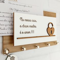 Porta Chaves Cartas Momento Casa A Chave Mestra é o Amor 137 no Home Design Decor, House Design, Home Decor, House Plants Decor, Plant Decor, Wood Blocks, House Warming, Hand Lettering, Decoration