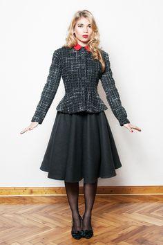 Taillierte Wolljacke mit Schößchen. Diese Jacke aus Wollstoff hält Dich in der kalten Jahreszeit schön warm. Figurbetont und elegant ist sie der perfe