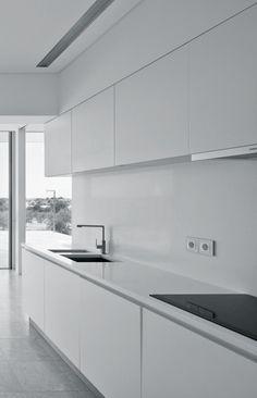Vitor Vilhena Architects   House in Conceição, Tavira Kitchen Room Design, Modern Kitchen Design, Kitchen Layout, Home Decor Kitchen, Minimalist Home Interior, Minimalist Kitchen, White Glossy Kitchen, Modern Kitchen Interiors, Home Kitchens