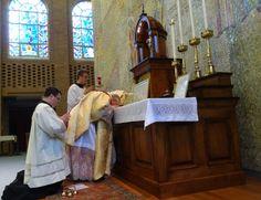 Bispo Morlino celebra missa tridentina na presença dos seus seminaristas diocesanos