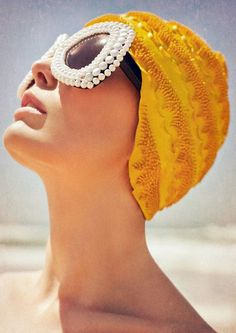 Coyote Atelier style inspiration: this retro look is perfect for Palm Springs, don't you think? Let's bring back swim caps. New York Fashion, Runway Fashion, Fashion Women, Fashion Tips, Fashion Trends, Dress Fashion, Celebrities Fashion, Fashion Fashion, Vintage Swim