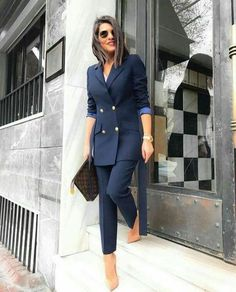 The women's suits are considered as the most appealing outfits for women. They are highly demanded owing to the fact that they provide traditional looks in the most stylish manner. Business Outfit Damen, Business Outfits, Office Outfits, Suit Fashion, Work Fashion, Fashion Outfits, Fashion Quiz, Fashion Quotes, Fashion Black