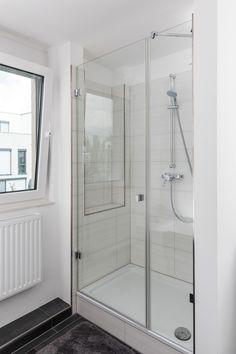 Seitlich ein Festelement - mit einem Drehtürelement - gehalten mit Glas-Glas-Beschlägen. Gesichert mittels einer im 45°-Winkel verlaufenden Stabilisationsstange. Alle Scheiben aus 8 mm dickem Einscheibensicherheitsglas. Bathtub, Bathroom, Glass, Standing Bath, Bath Room, Bath Tub, Bathrooms, Bathtubs, Bath
