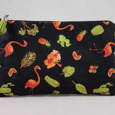Trousse pochette plate en tissu à fond noir imprimé de flamants roses, cactus, ananas, plantes et feuillages exotiques.