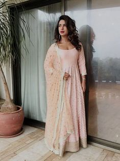 20 Best Looks Of Priyanka Chopra To Inspire Your Bridal Trousseau! Priyanka Chopra Wedding, Priyanka Chopra Hot, Off Shoulder Gown, Embroidery Suits Design, Ethnic Looks, Lehenga Designs, Indian Ethnic, Indian Outfits, Traditional Outfits