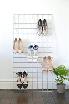 Coole DIY-Idee, um Schuhe stylisch aufzubewahren - mit einem einfachen Gitter