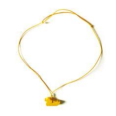 Halskette mit Ente Holzminiatur Anhänger von -COPAINCOPINE- Stolz um den Hals getragen, werden die hölzernen, aber ungemein kostbaren Juwelen zum fröhlichen Amulett und Talisman. Sie begleiten die Kinder bei Tag und Nacht, durch dick und dünn und machen sie zu furchtlosen Abenteurern, tapferen Helden und verträumten Feen. Hergestellt in der Schweiz