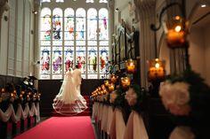 赤いヴァージンロードにウェディングドレス 専属衣装店「TAGAYA」 http://dress.tagaya.co.jp/ でお衣裳をお選び頂きます。