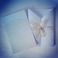 Convite provençal com envelope tipo lapela e fita. Cores: verde menta e branco.  Tamanho: 18cm x 12cm Impressão: qualidade fotográfica, colorida, em papel fotográfico a prova d'água (230g - convite, 180g - lapela)   COMPRE EM: www.vitrine.elo7.com.br/boutiquedeencantos EMAIL: boutiquedeencantos@gmail.com