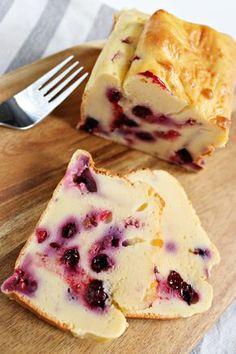 Jogurtowiec z owocami - prosty przepis na fit ciasto jogurtowe z owocami Healthy Desserts, Dessert Recipes, Helathy Food, Yogurt Recipes, Flan, Diy Food, No Cook Meals, Sweet Recipes, Food Porn