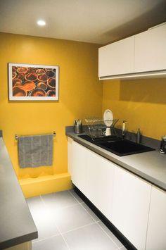 Une cuisine au mur jaune d co cuisine pinterest - Quelle peinture pour cuisine ...