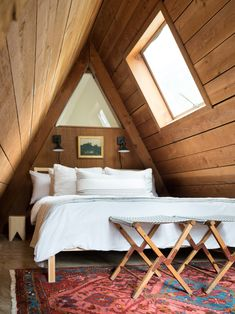 Quartos hospedes A-frame cabin with bed nook and skylight. IG: Marla Filipponi Sharing Books with Ch A Frame Cabin, A Frame House, Bedroom Loft, Home Decor Bedroom, Master Bedroom, A Frame Bedroom, Night Bedroom, Attic Loft, Bedroom Ideas