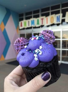Landscape of Flavors at Art Animation has debuted a new cupcake, and this time, it's Disney Desserts, Disney Snacks, Cute Desserts, Disney Recipes, Comida Disney World, Disney World Food, Disney Themed Food, Disney Inspired Food, Comida Disneyland