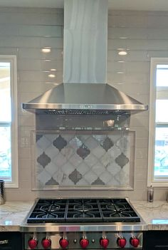 Stunning arabesque kitchen backsplash by our California client created with Clover Arabesque Grigio mosaic glass tile and Clover Arabesque Blamco mosaic glass tile | moroccan backsplash | arabesque kitchen