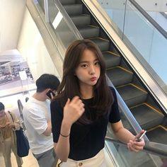 i just wanna know who this girl is Ulzzang Hair, Ulzzang Korean Girl, Pretty Korean Girls, Cute Korean Girl, Korean Short Hair, Korean Hair Color, Medium Hair Styles, Long Hair Styles, Hair Medium