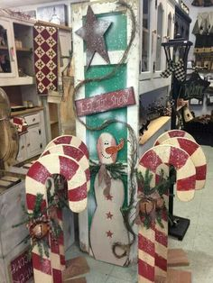 love the standing candy canes.                                                                                                                                                     More #WoodCraftsChristmas